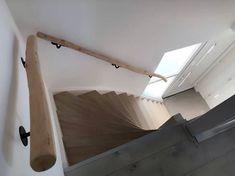 De klus is weer klaar! De boomstam trapleuning hangt er weer mooi bij. En wat kleurt de leuning ook mooi bij de traptreden! 😀 Wil je ook een boomstam trapleuning van Decoratietakken Knoops! Kom dan kijken elke zaterdag open van 9u tot 15u. Of bestel de trapleuning online www.decoratietakken.nl