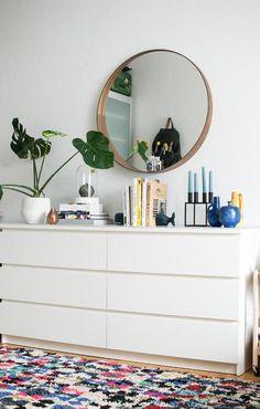Ein Spiegel über der Malm Kommode – sieht edel aus und ist eine schöne Alternative zum klassischen Wandbild