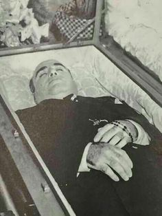 This is al capone after his death. Despite the violence he was a part of he died a very peaceful death Real Gangster, Mafia Gangster, Al Capone, Chicago Outfit, Post Mortem Photography, Famous Graves, Bonnie Clyde, After Life, Interesting History