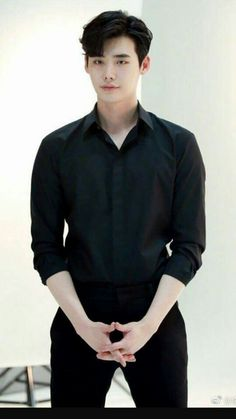 Actor Lee Jong-suk posted a picture on Weibo with the words, 'How are you? Lee Jong-suk is at work in the picture. He's wearing a black shirt and slacks. Asian Actors, Korean Actors, Korean Dramas, Lee Jong Suk Wallpaper, Lee Jong Suk Cute, Park Bogum, Kang Chul, Kim Jisoo, Lee Joon