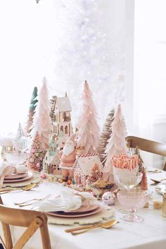 How to decorate your table for Christmas and create a beautiful pink Christmas table setting with simple Christmas table decorations. Rose Gold Christmas Decorations, Holiday Centerpieces, Christmas Table Settings, Christmas Tablescapes, Wedding Decorations, Centerpiece Ideas, Vintage Christmas Decorating, Diy Christmas Table Decorations, Noel Christmas