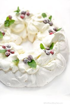 This festive Pavlova Wreath has a crispy crunchy shell and a marshmallowy interior topped with whipped cream, sugared cranberries and fresh mint. - I like the look of this for decorating cakes. Christmas Sweets, Christmas Cooking, Christmas Goodies, Christmas Pavlova, Xmas, White Christmas, Köstliche Desserts, Delicious Desserts, Plated Desserts