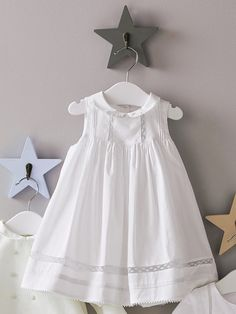 La robe et son bloomer intégré. On aime son style épuré et raffiné, parfait pour un baptême, une cérémonie. Détails Petit col brodé. Galons en dent