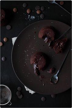 Le coulant au chocolat... Comment y résister ? Son goût puissant, son coeur coulant, sa petite fleur de sel qui titille la langue. C'est une recette de Phi