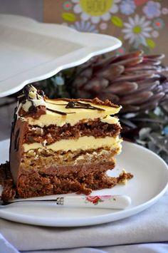 Fina torta koja se pravi od dvije vrste biskvita,oba su sa orasima,ali jedan sadrzi kakao,a drugi ne..kuhana krema od zumanjaka.. Tamni biskvit:  4 jaja-odvojiti bjelanjke od zumanjaka