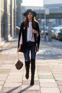 La capa es el abrigo perfecto para lo que queda de invierno. Combínala con sombreros y botas altas y serás la reina de la calle.