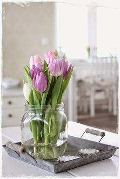 Tulppaanit uudella tavalla lasipurkki leikkokukat