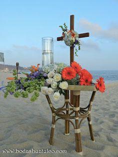 Decoración con flores naturales en mesa para la ceremonia y cruz, ideal para tu boda en la playa por Bodas Huatulco