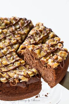 This rich and creamy german chocolate cheesecake will bring any chocolate lover to their knees. I'll show you how to make this decadent dessert with lots of step-by-step photos. Celebration dessert for new year lunch or Christmas buffet party sweet recipe Chocolate Lovers, Chocolate Recipes, Chocolate Smoothies, Chocolate Shakeology, German Chocolate Cheesecake, Chocolate Cake, Chocolate Roulade, Chocolate Crinkles, Chocolate Drizzle