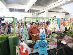 Basuki melakukan peninjauan ke dalam pasar