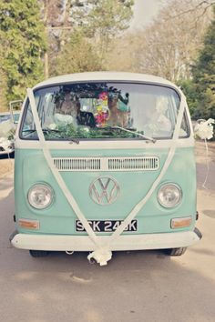 vw camper wedding ideas For you who will soon marry Vintage Beach Weddings, Real Weddings, Volkswagen Bus, Vw Camper, 1930s Style Wedding Dresses, Dress Wedding, Van Hippie, Wedding Vans, Combi Ww