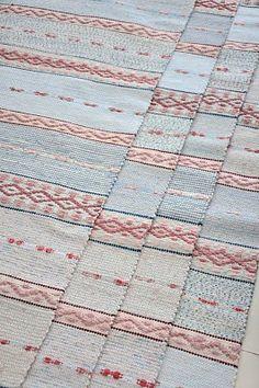 LOPPBERGA : Tokig i trasmattor på Loppberga - blog om en väverskas vardag, inspiration och mattor Weaving Textiles, Tapestry Weaving, Soothing Colors, Scandinavian Art, Weaving Projects, Weaving Techniques, Rugs On Carpet, Carpets, Rug Hooking