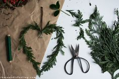 DIY simple Scandinavian Christmas decorations with elements of nature via that n. DIY simple Scandinavian Christmas decorations with elements of nature via that nordic feeling Norwegian Christmas, Danish Christmas, Scandi Christmas, Christmas Mood, Christmas Wreaths, Advent Wreaths, Christmas Tables, Modern Christmas, Simple Christmas