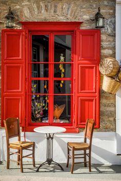 Чудове поєднання кам'яної кладки та насичених, яскравих фарб. Кафе. Аморгос. Греція.