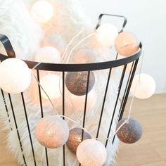 ED Lichterkette Cotton Balls. Perfekt als Raum- oder Wanddekoration - selbst unbeleuchtet ist diese Lichterkette ein stilvolles Deko Element für ein schönes Zuhause! Jede Kugel ist ein handgefertigtes Unikat und wird von einer warmweißen LED beleuchtet und schafft eine wunderbare Raumatmosphäre.