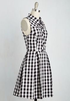 New city exploration time! Slip into this cotton shirt dress and some walkin' boots and soak it all in in style! With a black-and-white gingham print, rounded buttons down the bodice, and pretty skirt pleats, this frock welcomes the southern sun as it moves through metropolitan vignettes.