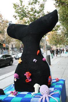 Una ballena en plena calle Serrano en Madrid #LanaConnection #CampañaporlaLana #Crochet