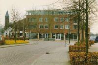 Postel: Appartementen en Winkel complex Hogaarde, met erachter café Lambiek (witte gebouw).