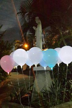 Globos Led esperandon ser elevados por el cortejo de niños en una boda