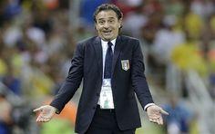 Italia cabeza entrenador Cesare Prandelli gestos durante la Copa Confederaciones de fútbol partido de semifinal entre España e Italia en el estadio Castelao en Fortaleza, Brasil, Jueves, 27 de junio 2013