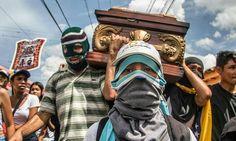 Por @adjfotografia -  Amigos y familiares de Noemar Lander joven caído el pasado 07 de junio acompañaron sus restos en recorrido por las calles de Guarenas.  Caminaron desde el cementerio Jardines del Cercado hasta la Plaza Bolívar de la entidad mirandina.  Guarenas-Venezuela  09-06-2017  #adjfotografia #Caracas #Vzla #Venezuela#protesta#MAYO #MAYO #photojournalism#journal#instavenezuela#igersvenezuela#EveryDayCaracas#Protesta#Noticias…