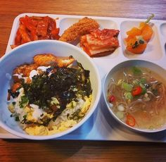 This Is What The Famous YG Cafeteria Food Actually Looks Like — Koreaboo Korean Street Food, Korean Food, Korean Cafe, Cute Food, I Love Food, Yummy Food, Cafeteria Food, Quick And Easy Soup, Tumblr Food
