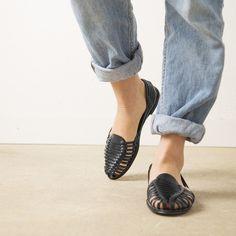 Onyva.ch / La Garconne Shoes #onyva #onlineshop #shoes #sandals #shoedesign #elegant #chic #switzerland #lagarconneshoes #vintage #summer #summershoes #summersandals #fashion #leather Elegant Chic, Huaraches, Summer Shoes, Switzerland, Designer Shoes, Shoes Sandals, Slippers, Leather, Shopping