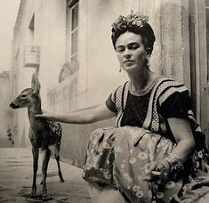 VINTAGE: Famous Mexican artist, Frida Kahlo, with her pet fawn. Diego Rivera, Famous Artists, Great Artists, Latin Artists, Drawing Hair, Baby Deer, Nickolas Muray, Vintage Photographs, Vintage Photos