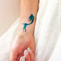 Sirena tatuata sul polso
