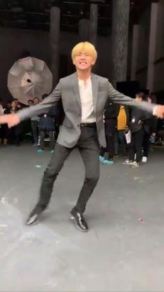 BTS V ★ Taehyung ★ dancing on the Hyundai set 181229 Taehyung Gifs, Bts Namjoon, Kim Taehyung, Bts Bangtan Boy, V Smile, K Pop, Bts Love, Kpop Gifs, Bts Dancing