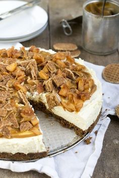 MonChoutaart met stroopwafel en karamel – Food And Drink Baking Recipes, Cake Recipes, Dessert Recipes, I Love Food, Good Food, Yummy Food, Cupcakes, Cupcake Cakes, Almond Joy