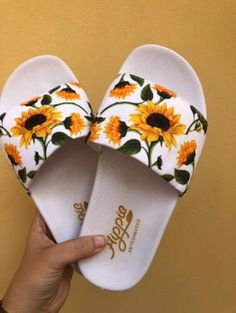 Dream shoes Slipper Slide Sonnenblume Weiß I Used To Hate The Darkness Article Body: Like many child Melissa Shoes, Jordan Shoes Girls, Girls Shoes, Cute Sandals, Shoes Sandals, Sneakers Fashion, Fashion Shoes, Cute Slippers, Fashion Slippers