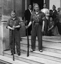 Falangistas en la puerta del Ayuntamiento de Sevilla. Julio de 1936. / © ICAS-SAHP. Fototeca Municipal de Sevilla. Archivo Serrano. Guerra civil española.
