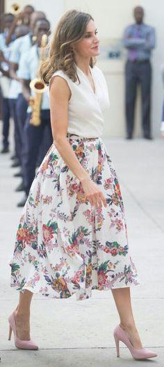 Queen Letizia - High-waisted floral printed skirt ('Girasol' cotton-blend skirt by Sweet Matitos) - white sleeveless blouse - Felipe Prieto clutch - pale pink LODI 'Vela' suede pumps