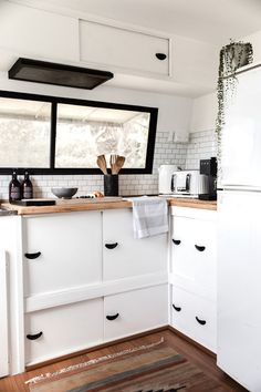 Not-so-handy couple turned a 1982 Windsor Statesman caravan into a blissfull holiday home. With a li - Vintage-Wohnwagen - Not-so-handy couple turned a 1982 Windsor Statesman caravan into a blissfull holiday home. Caravan Renovation, Holiday Home, Interior, Home, Caravan Renovation Before And After, Camper Kitchen, Kitchen Renovation, Camper Living