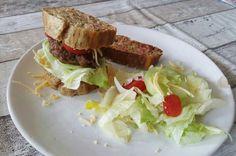 Cakeje hamburger met salade.