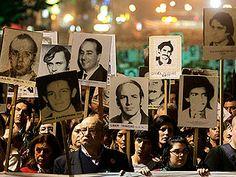 Miles de personas volvieron a salir a la calle anoche en Montevideo, en Uruguay para exigir en silencio, justicia y verdad para los crímenes cometidos durante la dictadura militar uruguaya. Horas antes, en el Parlamento, se rechazaba la propuesta de eliminar la Ley de Caducidad de 1986 que asegura la amnistía a los militares.