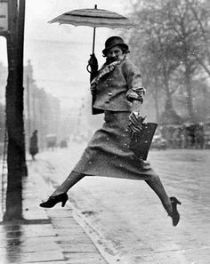 una fotografia di moda di Munkacsi del 1934. Pochi lo noteranno, ma prima di lui nessun editore di alto livello avrebbe mai osato pubblicare immagini di ragazze per la strada che saltano con la gonna a gambe larghe.