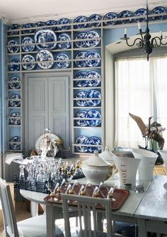 Passionate about blue and white. Carl Jan-Granqkvists blue and white Chinoiserie porcelains with Gustavian Swedish White Dishes, White Plates, Blue Plates, Antique Interior, Home Interior, Home Theaters, Swedish Decor, Swedish Design, Cocinas Kitchen