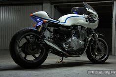 Une Honda CB 750 Seven Fifty cafe-racer, sortie de chez Ruleshaker.