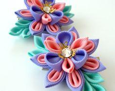 Flores de tela Kanzashi. Juego de 2 pinzas de pelo. Rosa, iris y menta.