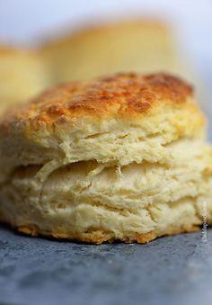 Biscuit:  1 1/2 tazas de harina, 1/2 ó 1/4 cucharaditas de sal 1 cucharada de azúcar 1 cucharada de polvo de hornear 2/3 taza de leche ACIDIFICADA (suero de leche o crema de leche) 1/3 taza de margarina o manteca  Precalentar el horno a 220 C (425 F )  Se pueden rellenar antes de hornear con un cuadrado de queso tipo cheedar, o un huevo ligeramente sancochado o con jamón, etc.