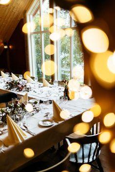 Låvebryllup på Øvre-Eide Gård i Bergen. Bergen, Eid, Table Settings, Table Decorations, Furniture, Home Decor, Homemade Home Decor, Table Top Decorations, Place Settings