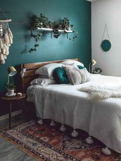 Mid Century Modern Decor - Dark forest green walls contrasted by white details a. Mid Century Modern Decor - Dark forest green walls contrasted by white details and lots of texture! Green Bedroom Walls, Accent Wall Bedroom, Dark Cozy Bedroom, Green And White Bedroom, Green Master Bedroom, Green Bedroom Decor, Green Rooms, Teal Bedroom Furniture, Dark Romantic Bedroom