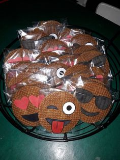 Stroopwafel emoji #stroopwafel #traktatie #bedankt #lekker #emoji Kids Birthday Treats, Kids Party Treats, Snacks Für Party, Cute Food, Good Food, School Treats, Happy B Day, Creative Food, High Tea