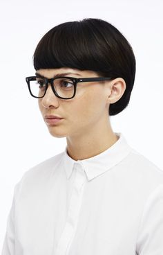 41 Cheeky short hairstyles for eyewear wearers The year 2018 is the year of short hairstyles. Some find them naughty, others especially sexy. Sexy is also called the spectacle wearer. Now imagine t. Very Short Haircuts, Cool Short Hairstyles, Cool Haircuts, Hairstyles With Bangs, Haircut Short, Short Brown Hair, Short Hair With Bangs, Short Hair Cuts, Bald Hair