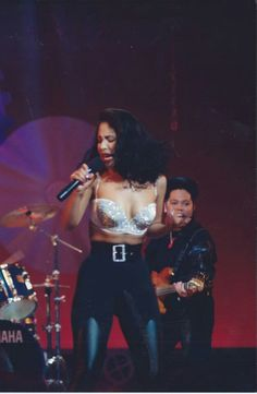 Selena Quintanilla performs 'Enamorada de Ti' in Las Vegas, May Today marks the anniversary of her passing. Selena Music, Selena Go, Selena Quintanilla Perez, Janet Jackson 90s, Michael Jackson, Stage Outfits, Mariah Carey, 90s Fashion, Runway Fashion