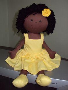 Boneca negra: corpo em tecido com enchimento de fibra siliconizada e cabelos em lã.  Vestido em tricoline. R$ 60,00