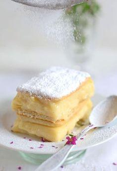 Napoleonka bez pieczenia na upalne dni....paczka krakersów (175 g) budyń: 3 szklanki mleka (750 ml) 1/2 szklanki cukru 4 jajka 4 łyżki mąki pszennej 5 łyżek mąki ziemniaczanej laska wanilii do podania: cukier puder