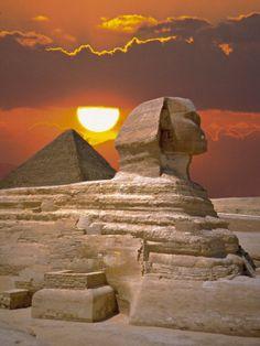 La Gran Esfinge ,llamada también. (Abu Hol) por las tribus Beduinas que cruzan las arenas de Egipto